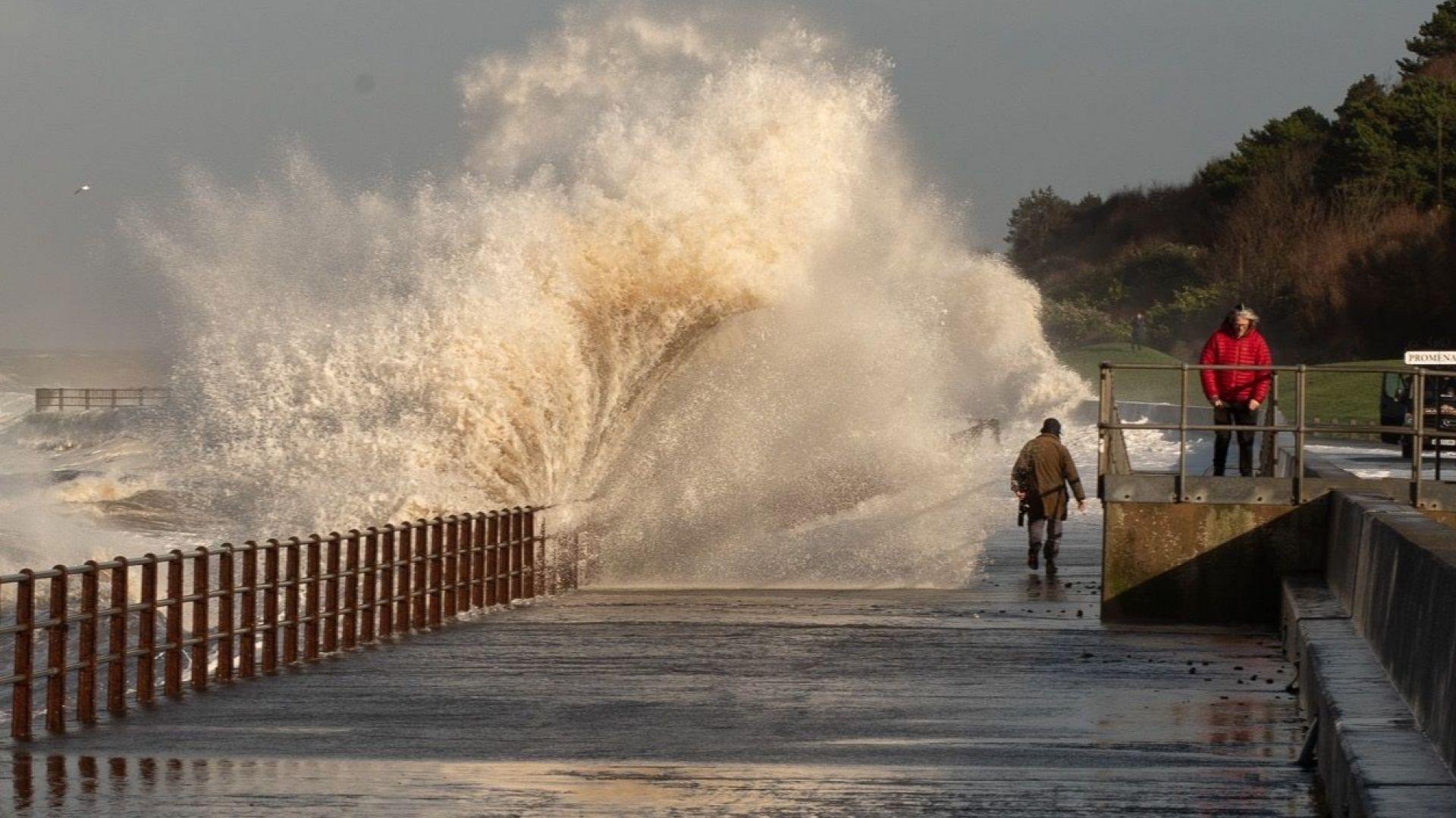 Ново атлантическо свръхчудовище удря утре Великобритания с ураганни ветрове