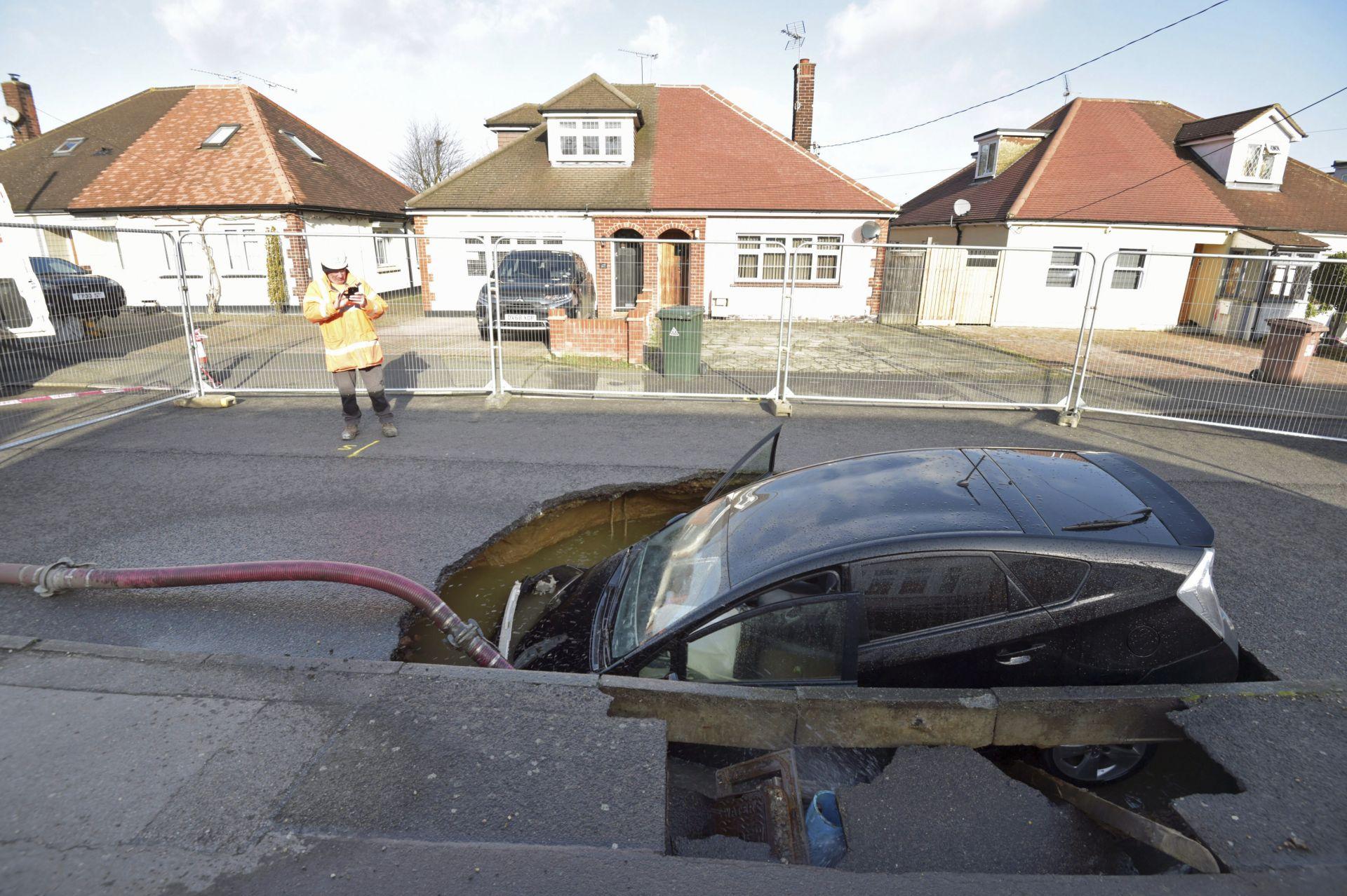 Огромна дупка се появи на улица в британското градче Брентуд след бурята Киара