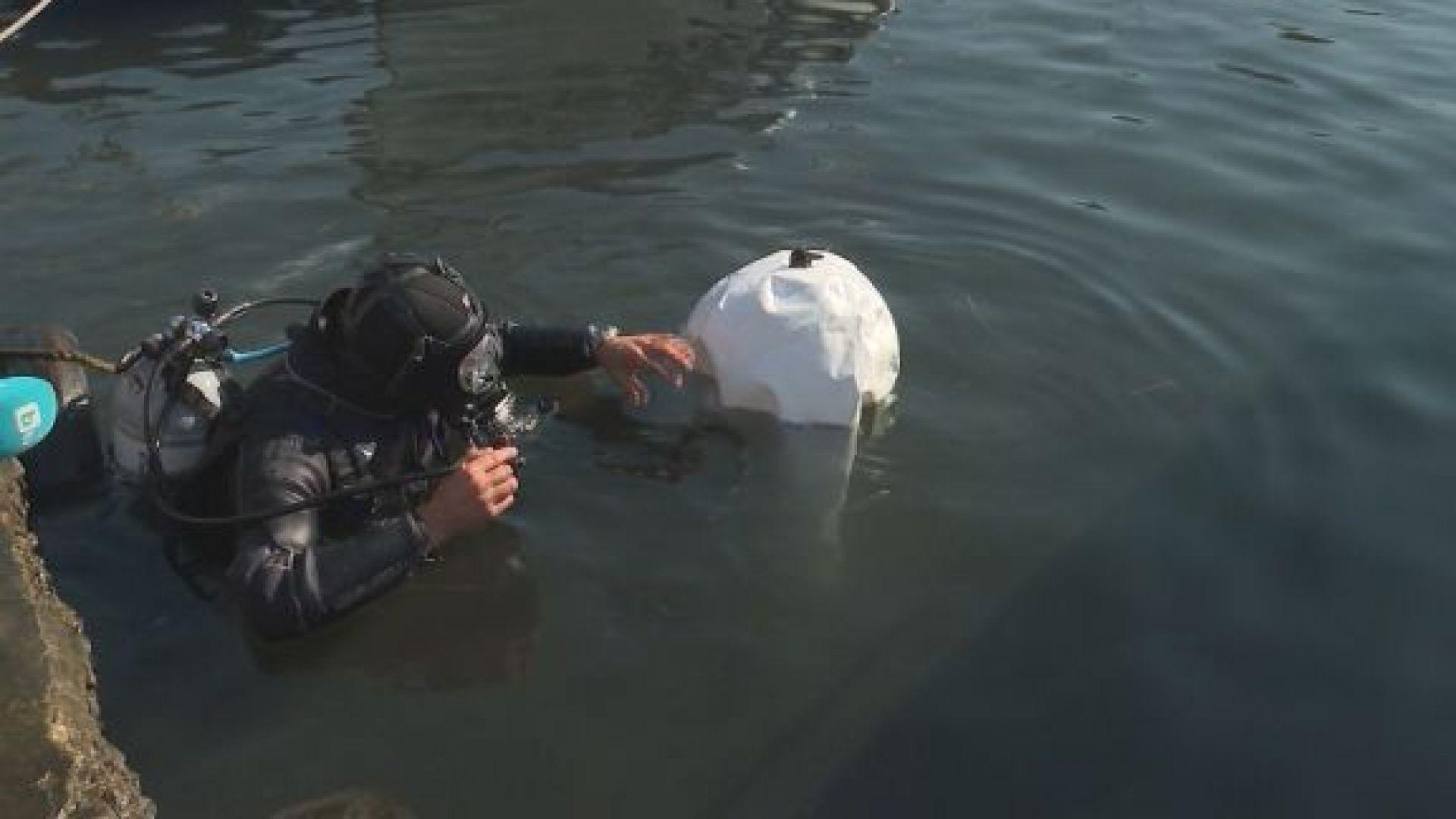 Водолаз почисти сам от автомобилни гуми рибарското пристанище в Созопол