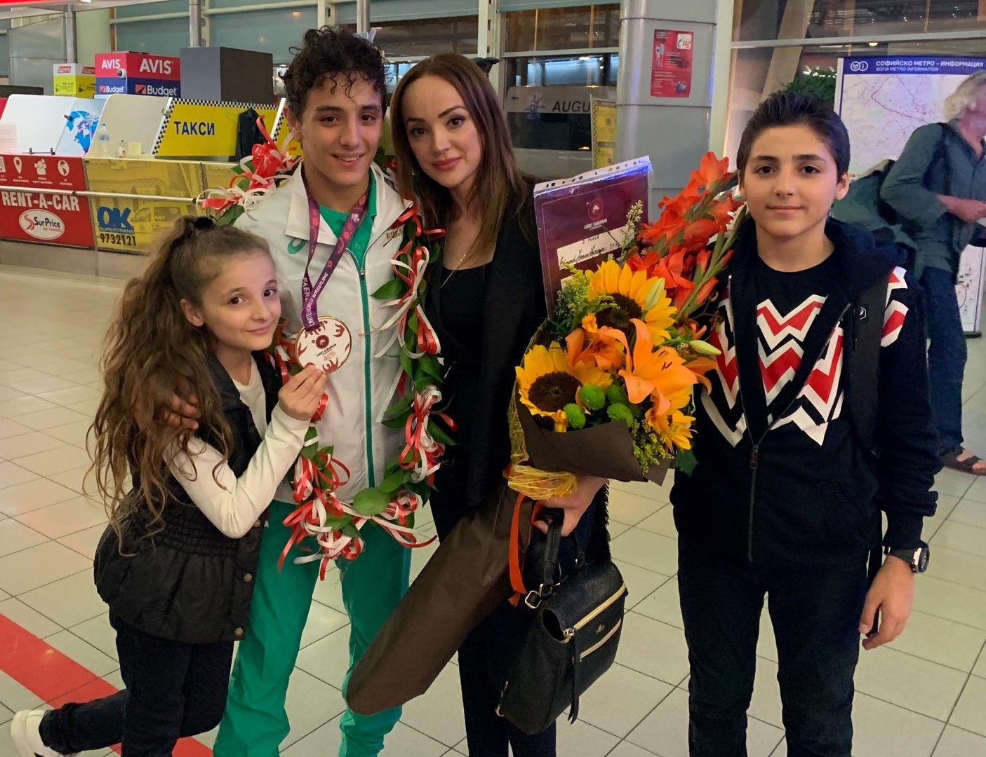Майката Инга с трите деца в семейството - Едмонд, Инеса и Гриша