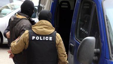 Задържаха двама разследващи полицаи при получаване на подкуп