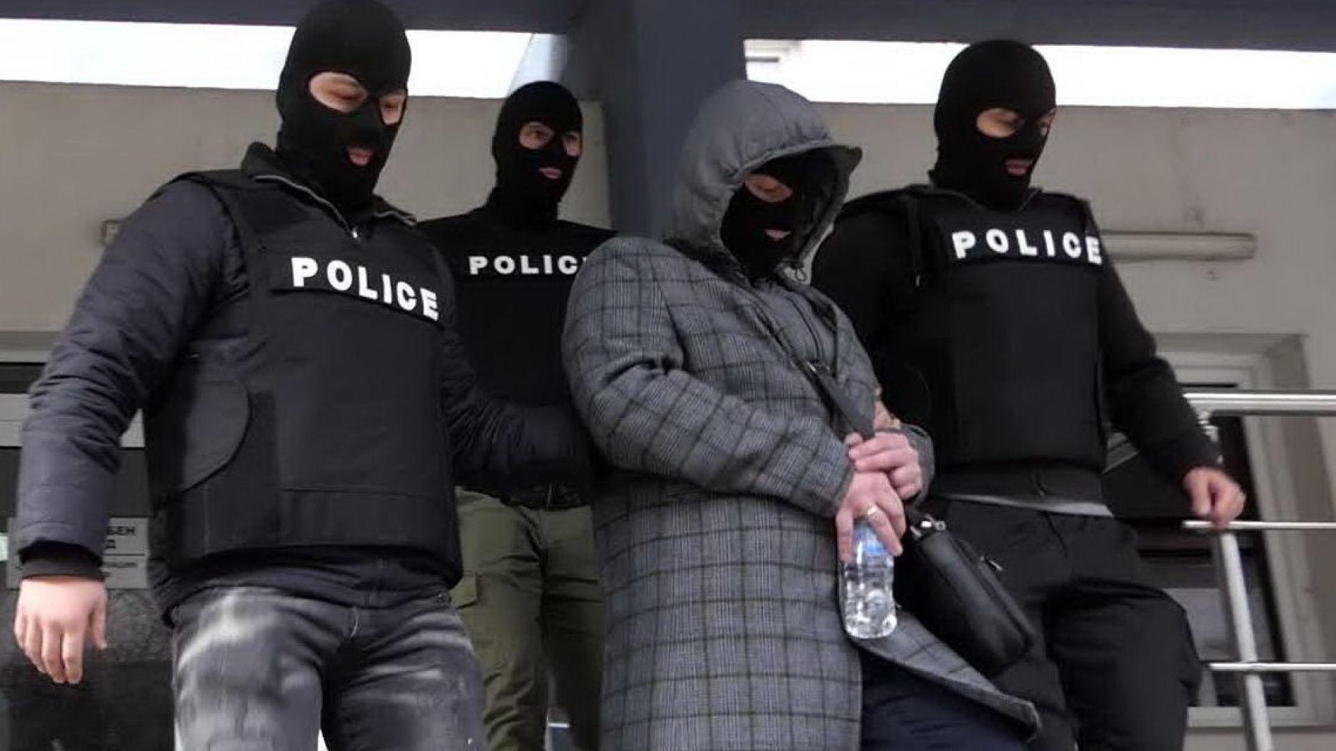 Двамата задържани полицаи опитали да присвоят печалба от тотото на обрана жена (видео)