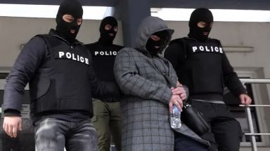 Арестуваните полицаи опитали да присвоят печалба от тотото на обрана жена (видео)