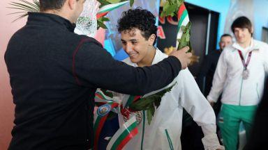 България посрещна своите медалисти в борбата (галерия)