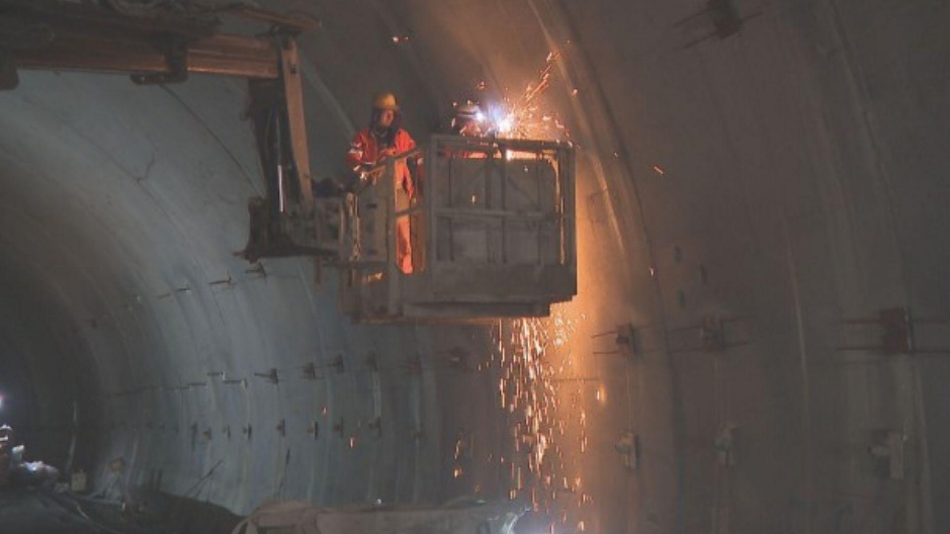 """Четвърта година ремонтират тунелите на """"Витиня"""", пускат втората тръба до края на годината"""