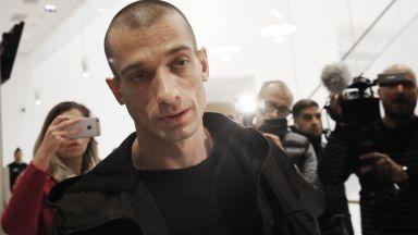 Френската полиция арестува руския художник, пуснал секс видео за политик