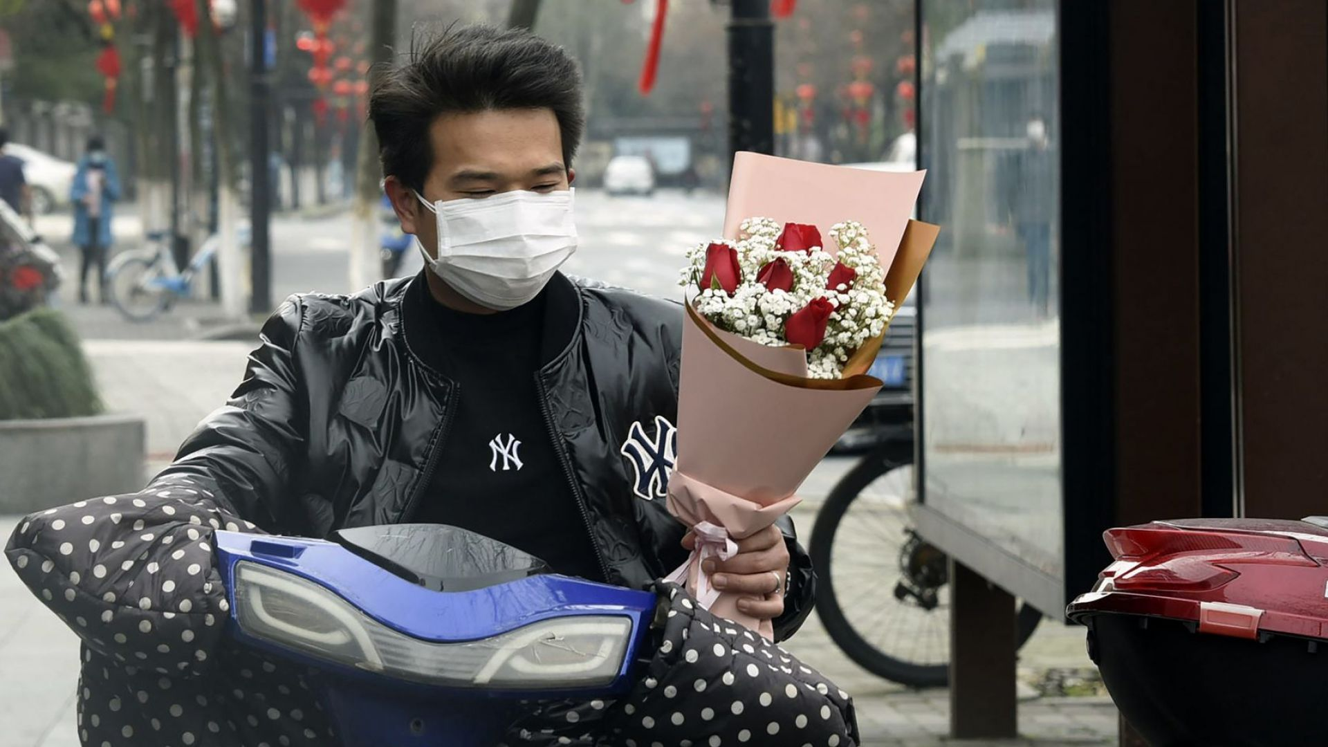 Свети Валентин по света - маски, протести и графити в името на любовта