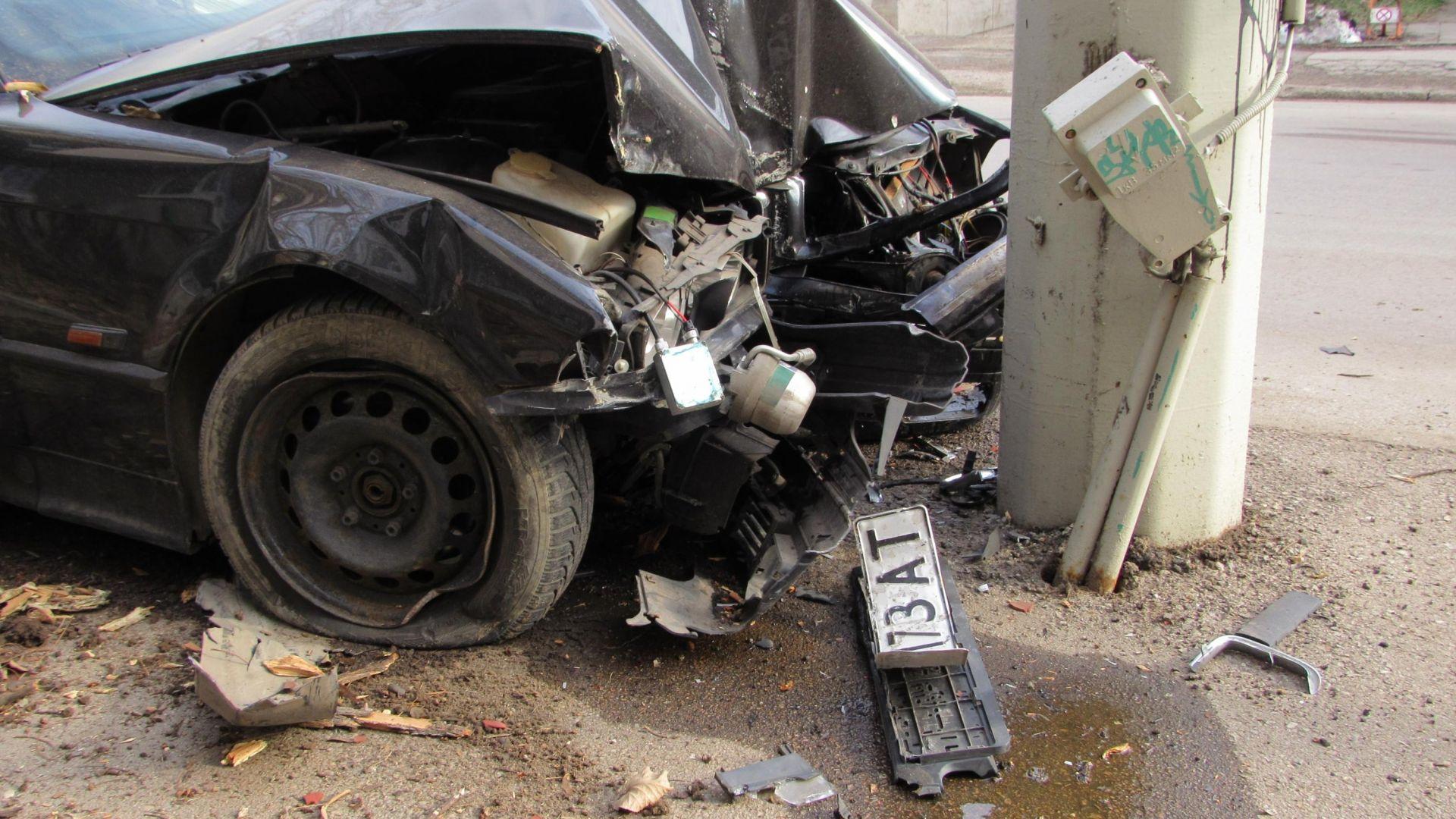 БМВ отсече дърво и се заби в тролейбусен стълб, младежи са ранени (снимки, видео)