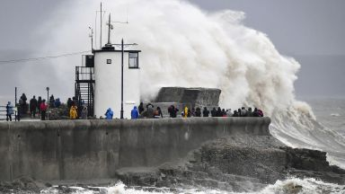 Бурята Денис връхлетя Великобритания (снимки, видео)