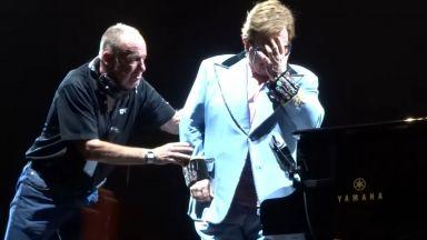 Елтън Джон изгуби глас, избухна сълзи и прекрати концерта си (видео)