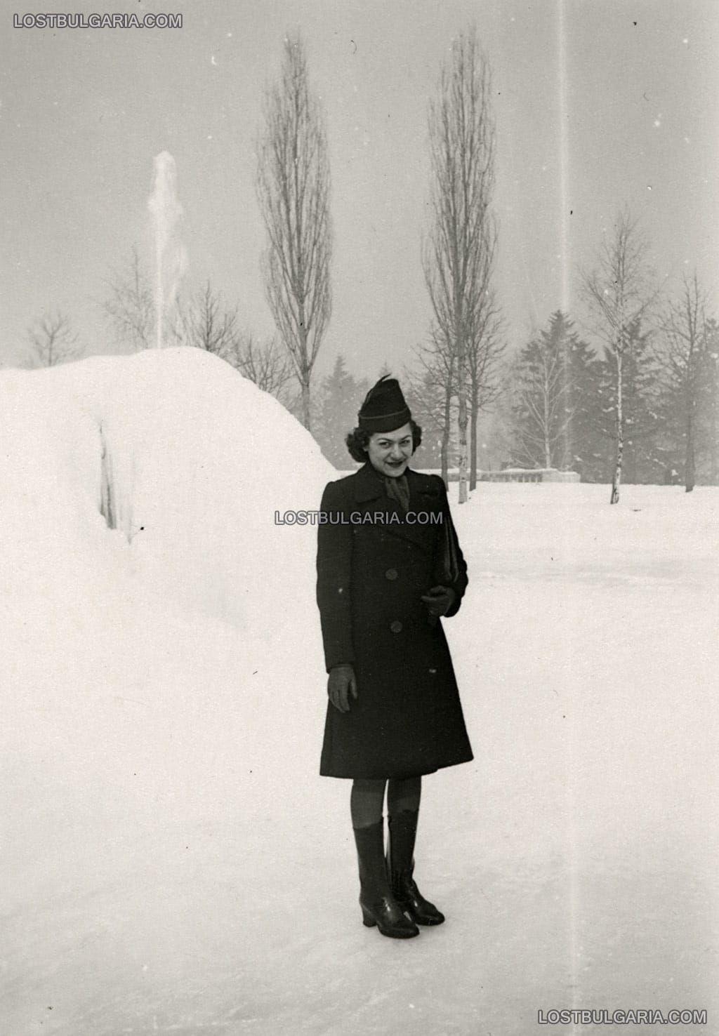 Стара София: Жена позира в затрупания от сняг