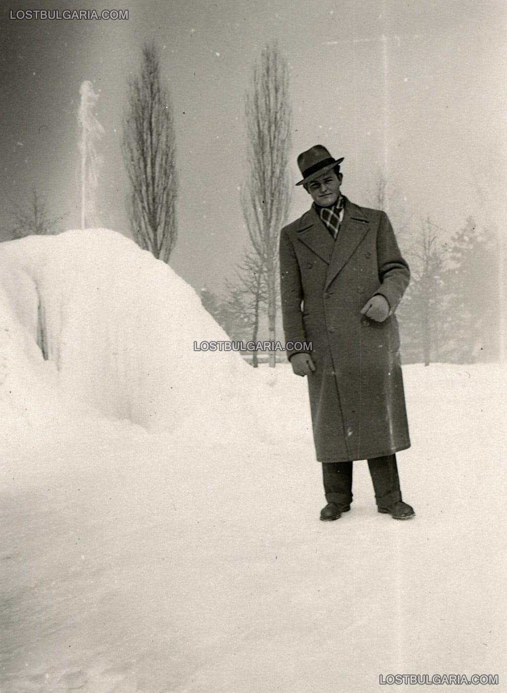 Стара София: Мъж се радва на снежната покривка