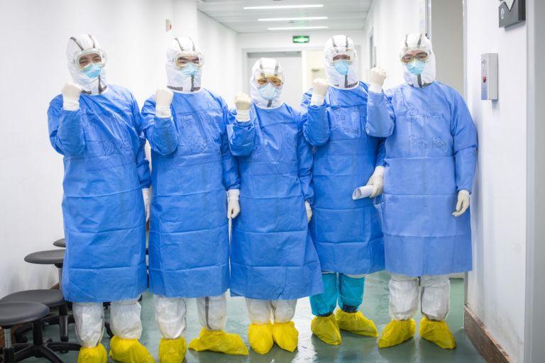 18 февруари. Командировани от друга провинция китайски медици се надъхват и готвят да влязат в болничните отделения в Ухан, провинция Хубей, която е огнището на новия коронавирус. Вече няколко медицински работници починаха, сред тях и директорът на болницата в Ухан