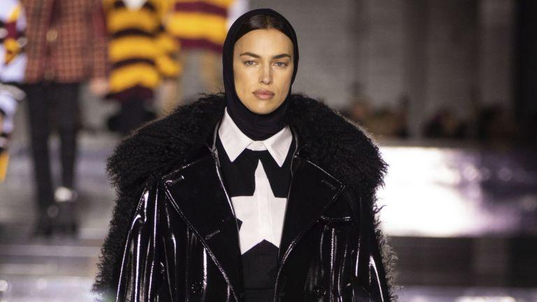 """Ирина Шейк като """"модерна монахиня"""" на ревюто на Burberry"""