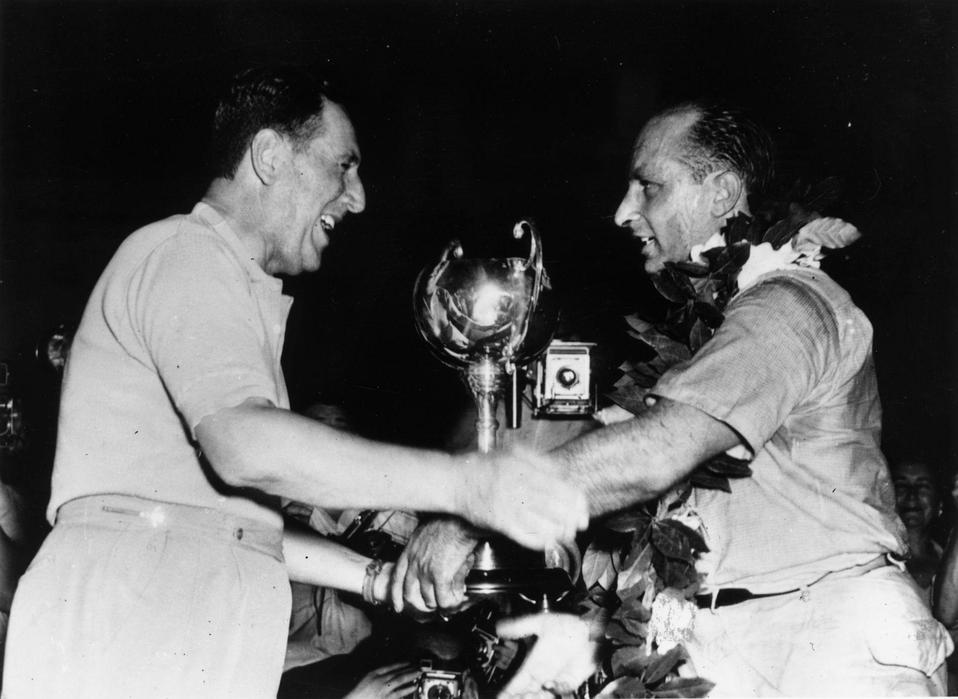 Президентът Перон поздравява шампиона