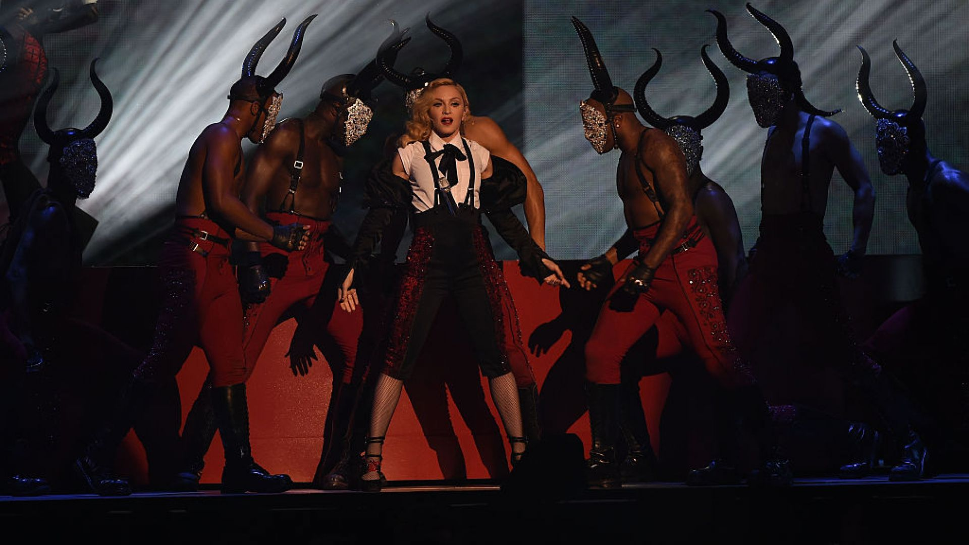 Мадона с бастун, след като падна по време на концерт