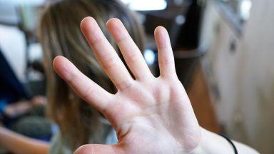 Агресия сред деца: Момче удря момиче със специални потребности в Кубрат