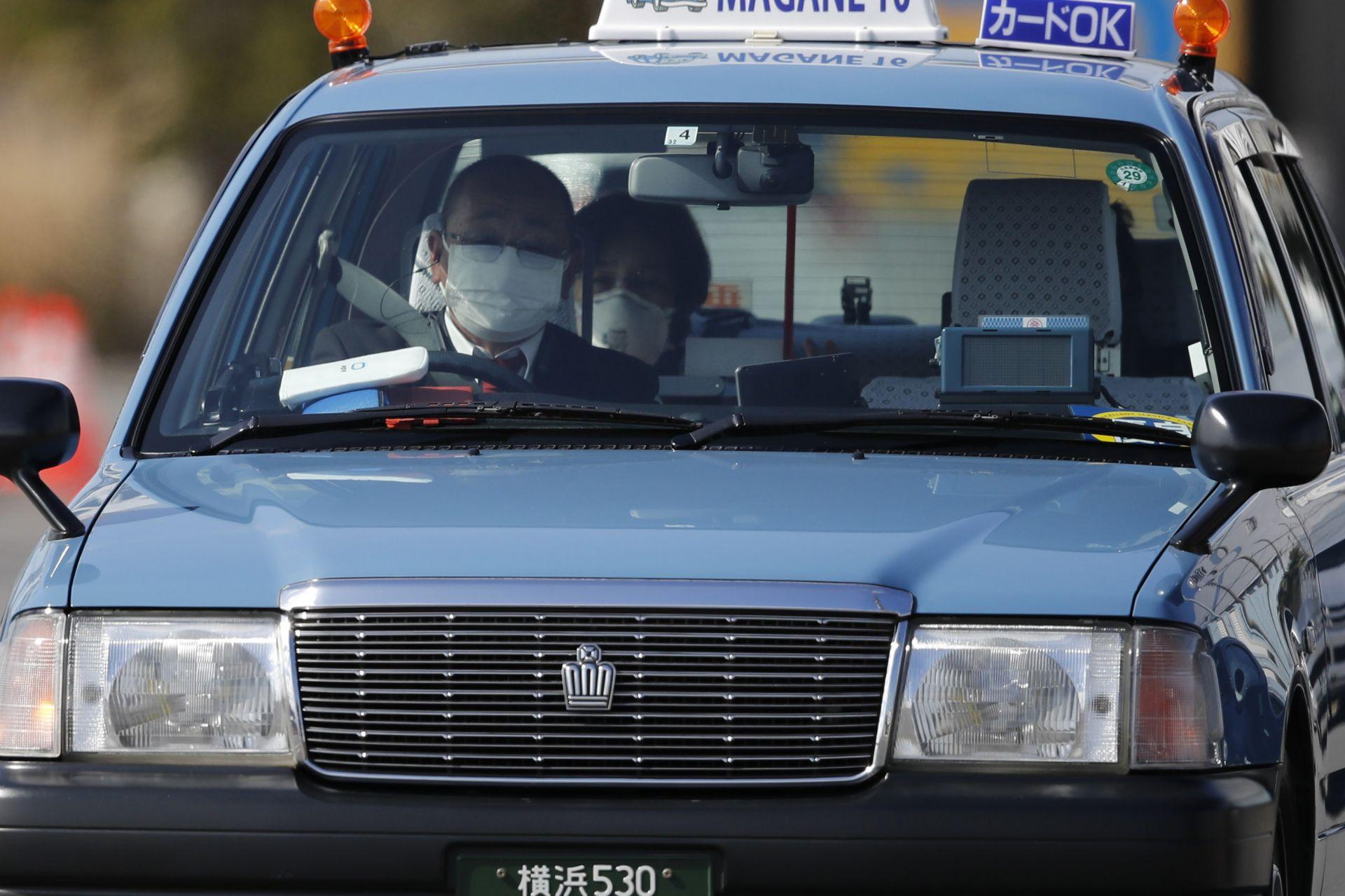 Такси, превозващо пътник, слязъл от карантинния круизния кораб, напуска пристанището в сряда