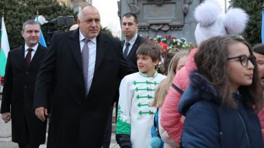 Борисов с трима министри се поклониха пред Апостола (видео+снимки)