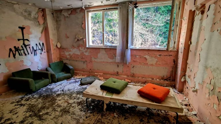 Дори 20 години след изоставянето си, резиденцията не е напълно обрана