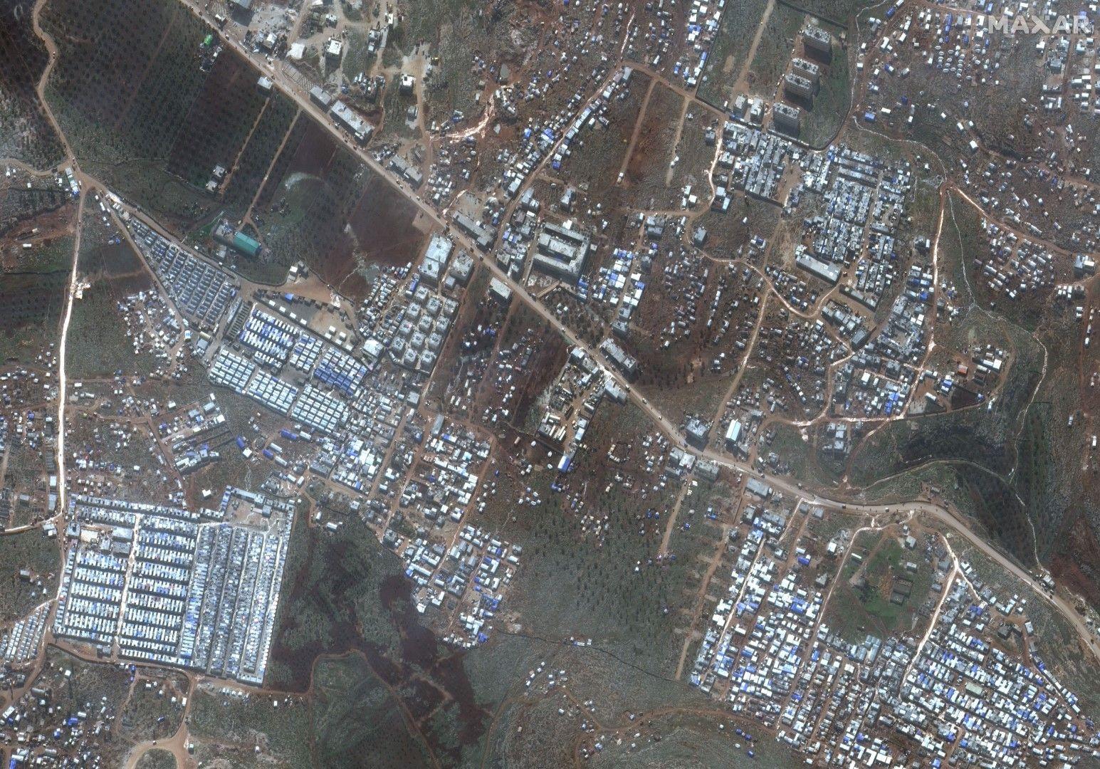 Сателитна снимка на бежански лагери в провинция Идлиб в Северозападна Сирия, недалеч от границата с Турция