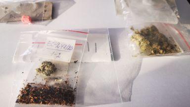 Наркодилъри задържани при спецакция край училища, сред тях и ученици