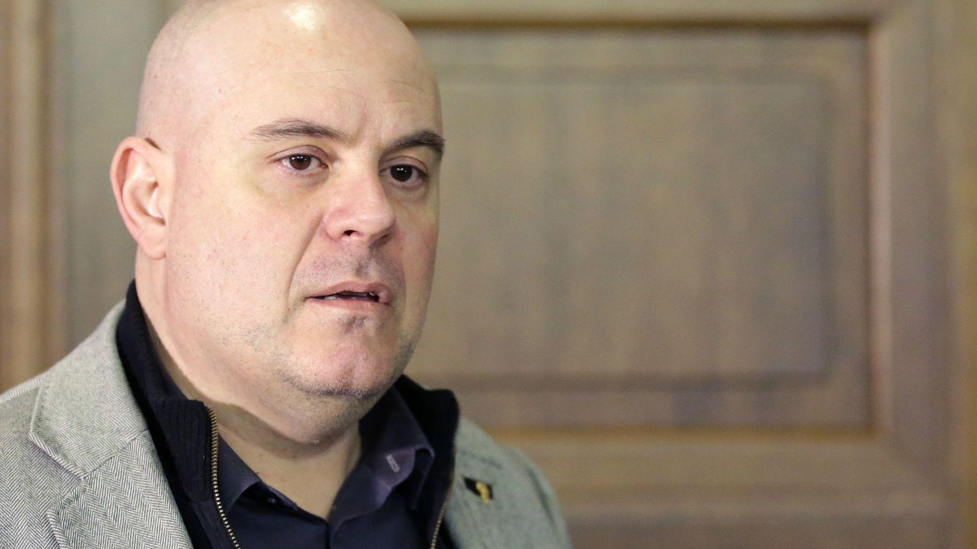 Прокуратурата обвини и жената, с която живее Васил Божков, иска постоянен арест