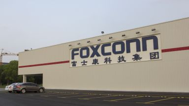 Фокскон възобновява производството в Китай, но очаква по-слаби приходи