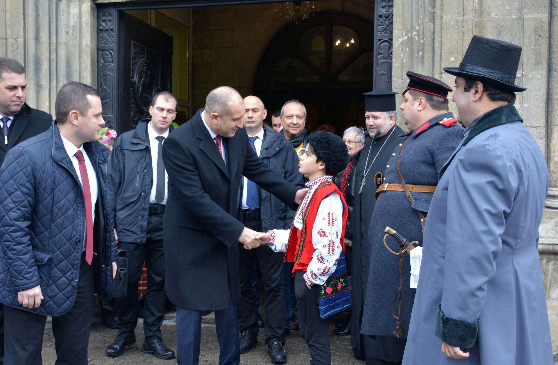 """Президентът пред катедралния храм """"Св. Троица"""" се състоя историческа възстановка на посрещането на руските войски - начело с генерал Тотлебен"""