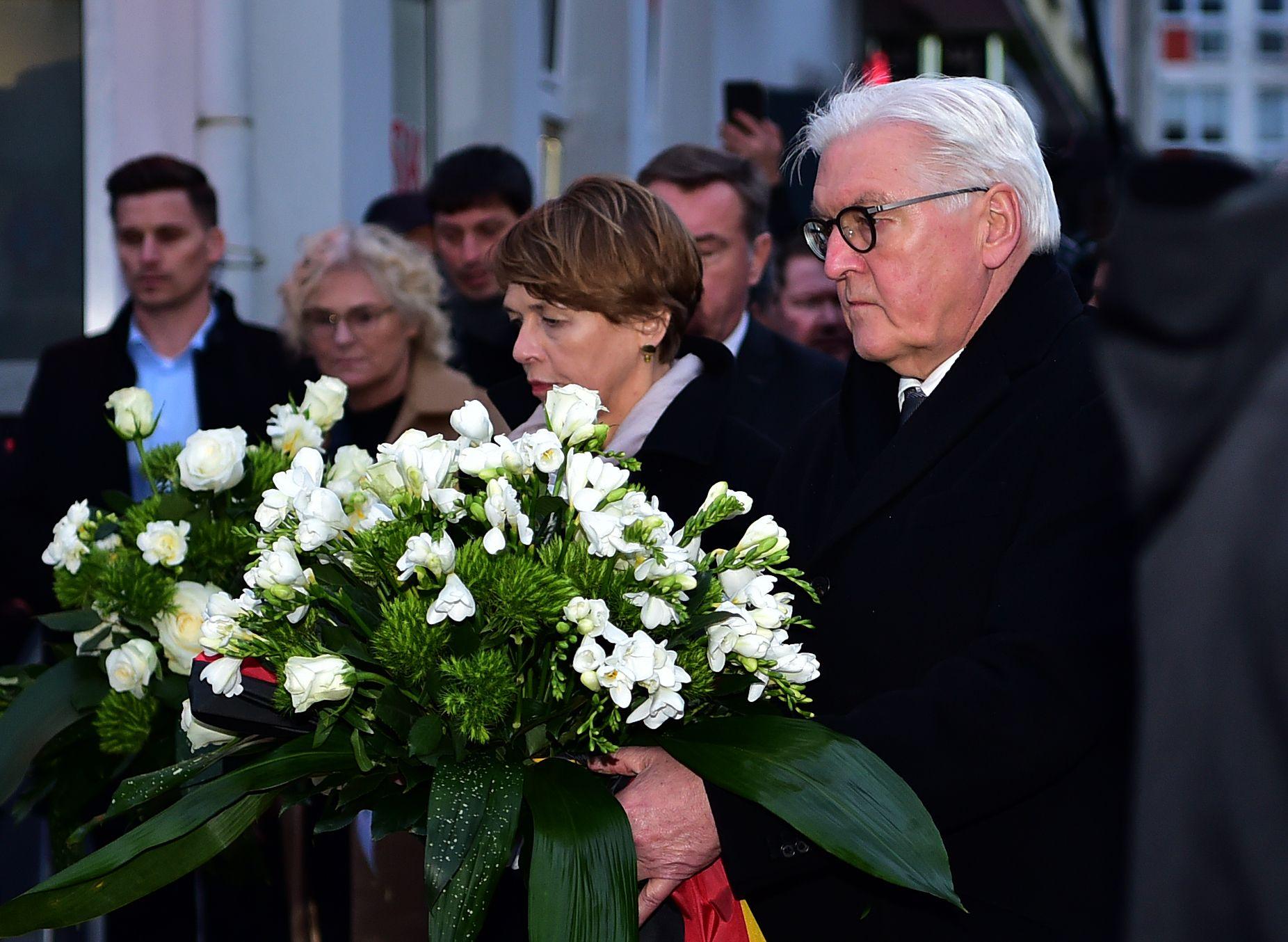 Хората палеха свещи и оставяха цветя и послания в мълчание пред Бранденбургската врата в Берлин, Франкфурт и в самия Ханау