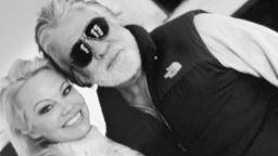 След краткия брак с Памела Андерсън, Джон Питърс се сгоди отново