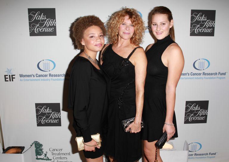 Микаела (вляво) с майка си Кейт и сестра си