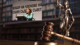 Ищец преследва съдия с листовки и викове: Ще ти отрежа главата