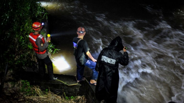 Десет ученици загинаха  при внезапно наводнение  в Индонезия