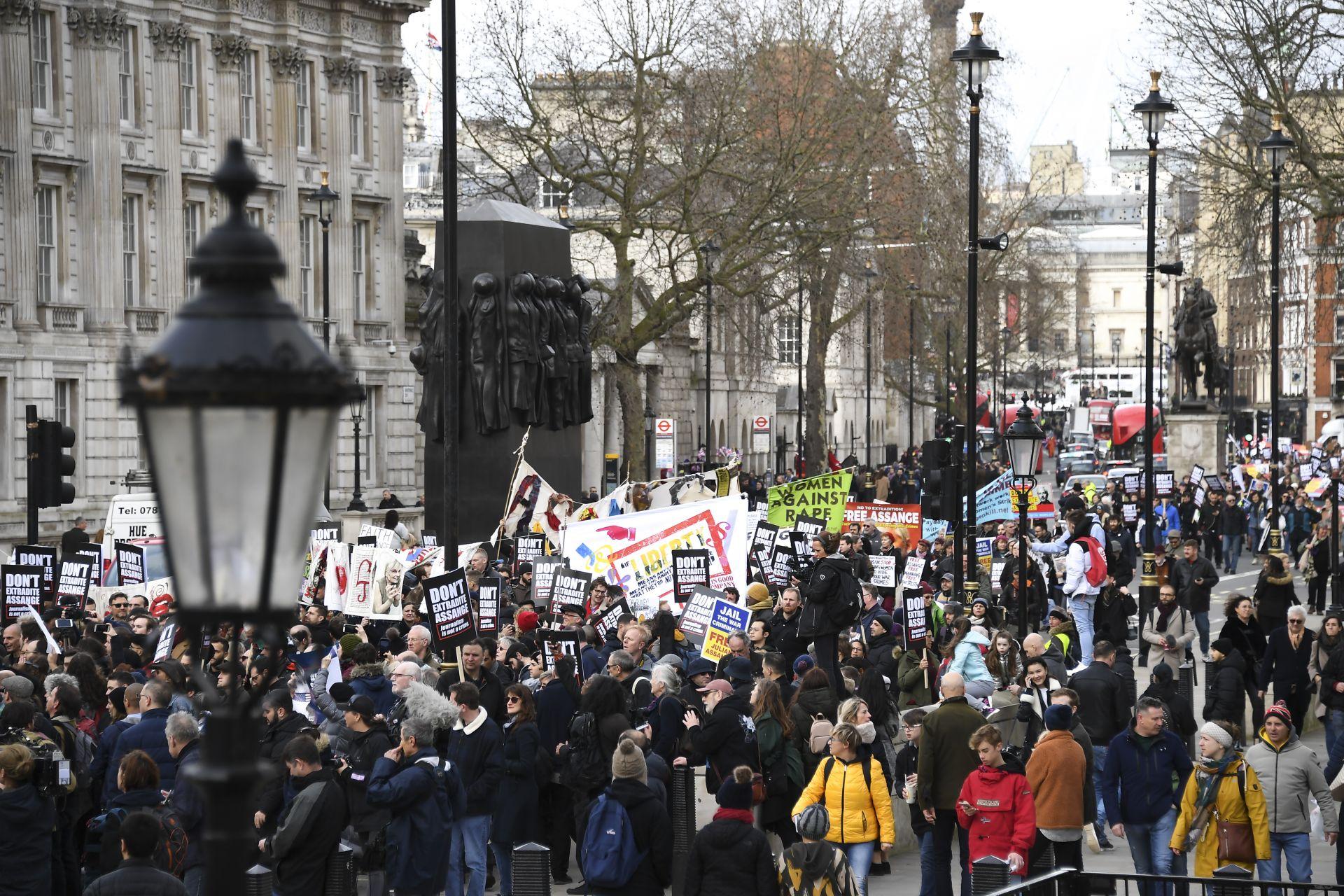 Протести в защита на Асандж в Лондон