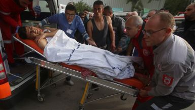 Израелци и палестинци взаимно се засипаха с ракети