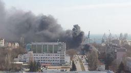 Пламна автосервиз и гумаджийница край Сточна гара във Варна (снимки)