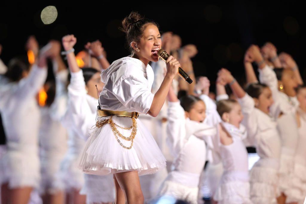 """Ема по време на изпълнението с майка си на """"Super Bowl"""""""