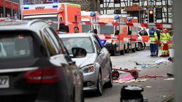 Мъж се вряза с кола в карнавално шествие в германски град, има поне 15 пострадали