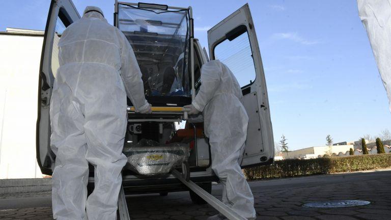 Двама медици от Добрич са починали вследствие на заразяване с