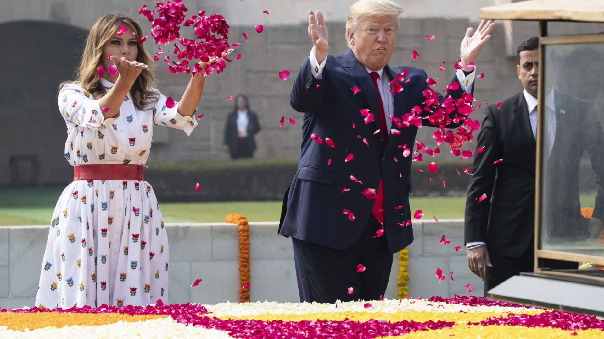 Семейство Тръмп пусна цветни венчелистчета на мемориала на Махатма Ганди  (снимки)