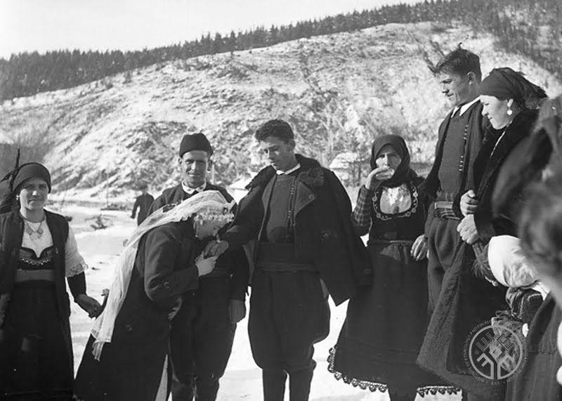 Прощаване млада невеста на Поклади, с. Говедарци, Самоковско, 1943-45 г.