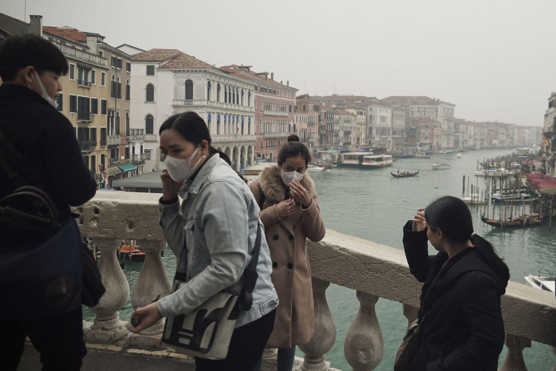 Туристи с защитни маски на моста Риалто във Венеция