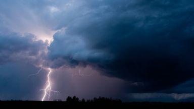 Гръмотевични бури на запад, слънчево и топло на морския бряг