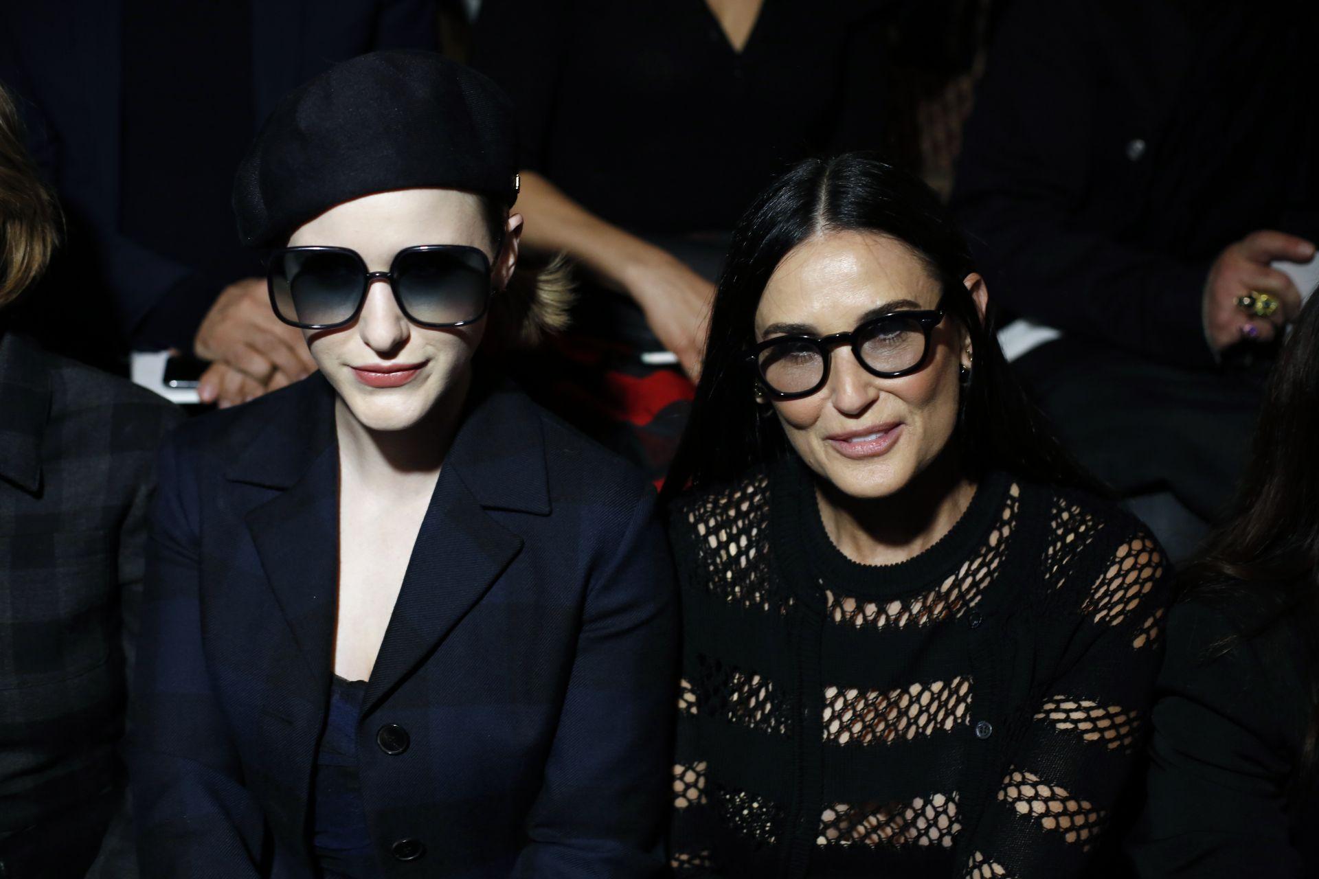 Деми Мур на ревюто на Dior - Седмица на модата в Париж