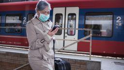 Чудодейни лекове и конспирации за коронавируса заливат мрежата