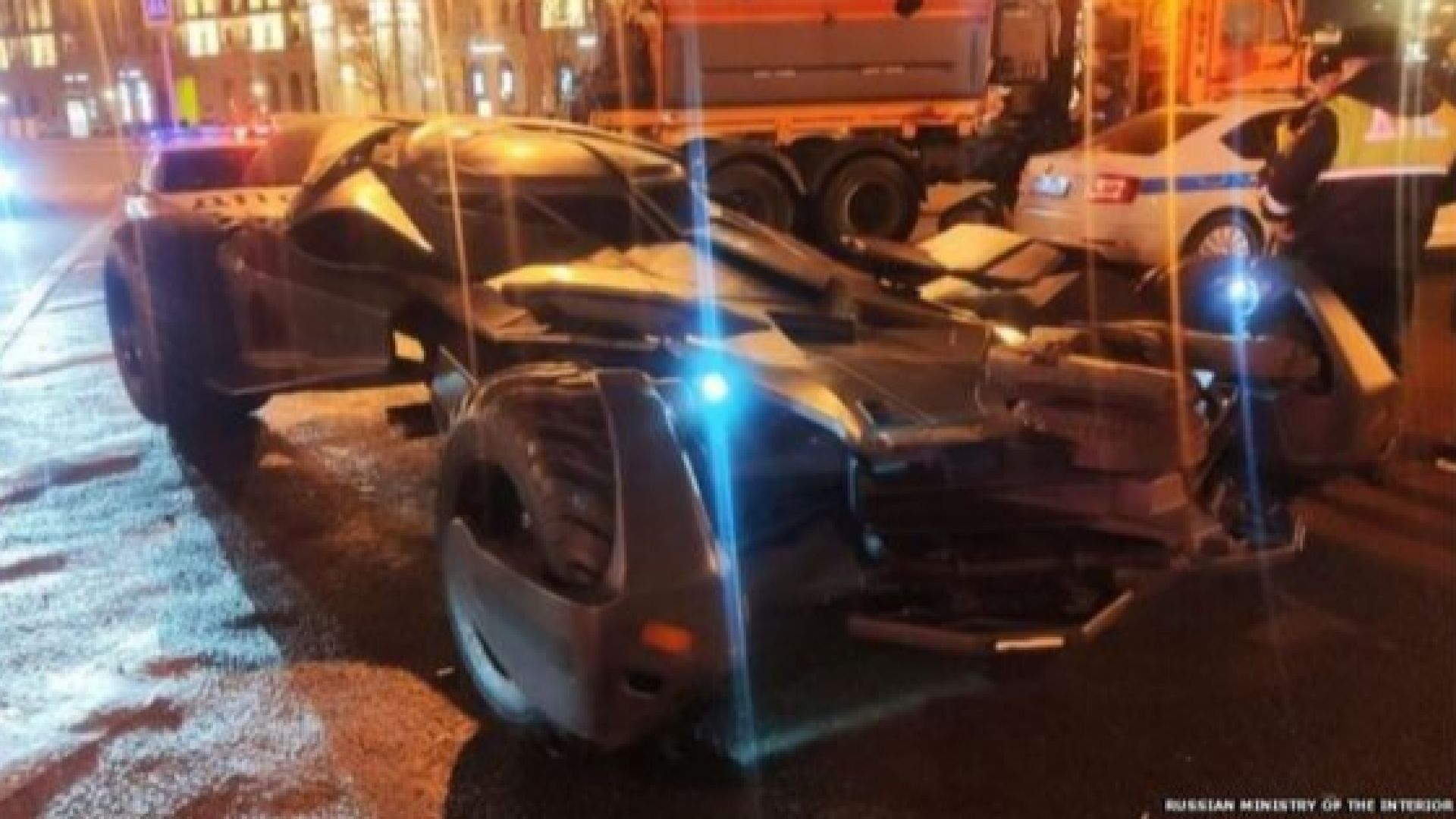 Паяк вдигна Батмобил в центъра на Москва