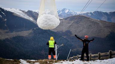 Сняг от хеликоптер спасява курортите във Френските Алпи
