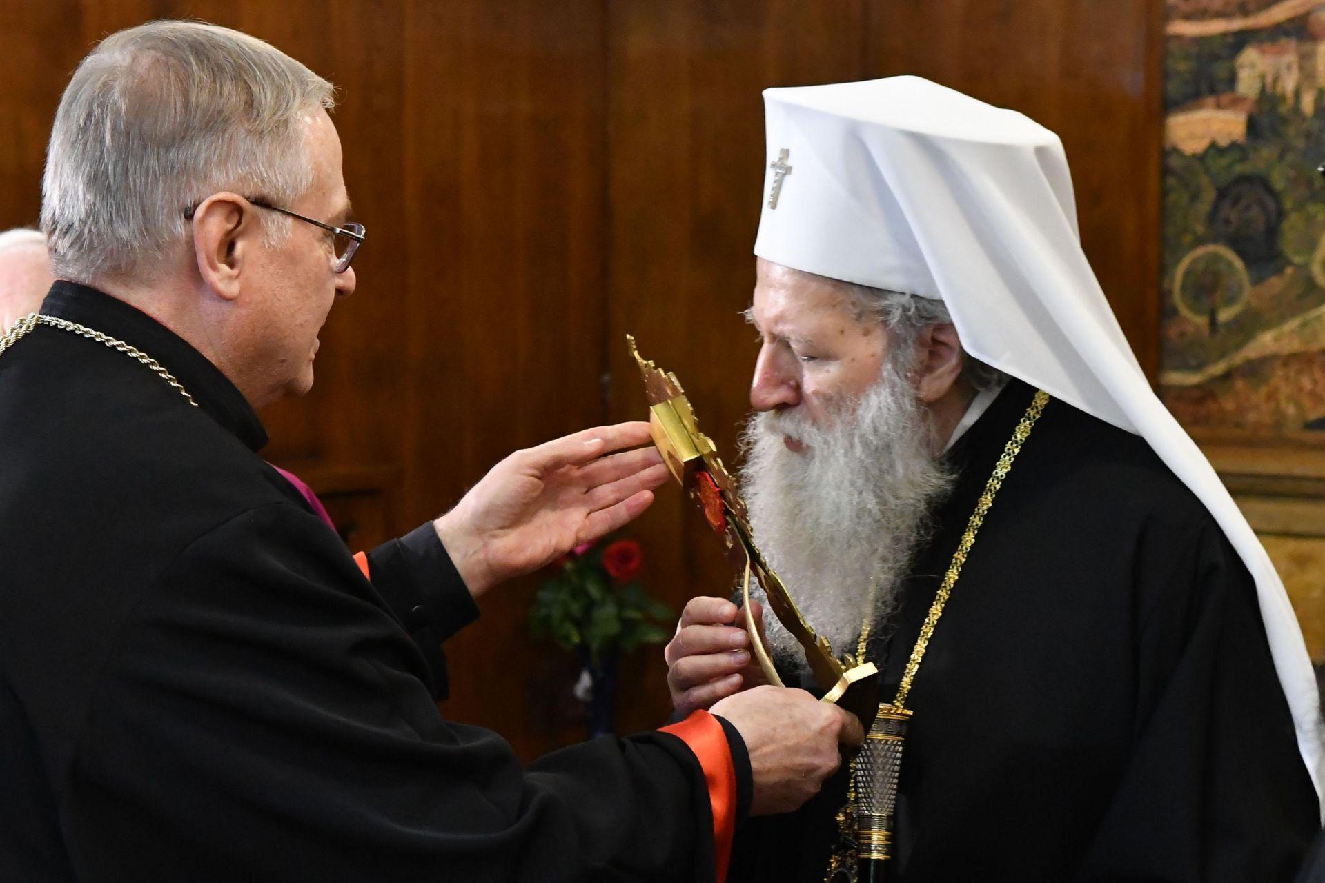 Епископ Христо Пройков връчва на патриарх Неофит мощите на свети Потит