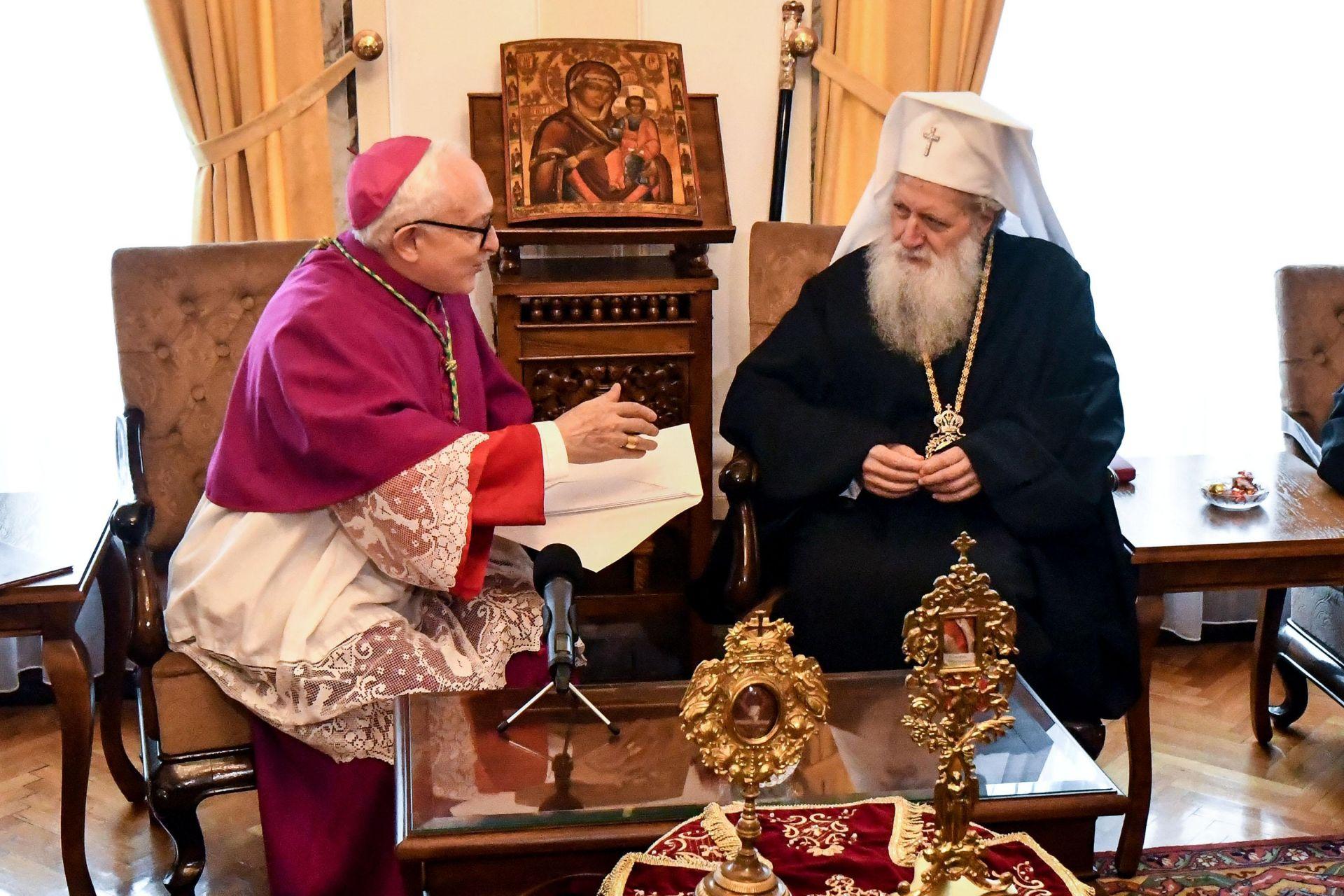 Апостолическият нунций Анселмо Гуидо Пекорари и патриарх Неофит пред мощите на свети Климент и свети Потит